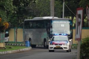 pengawalan bus oleh polisi
