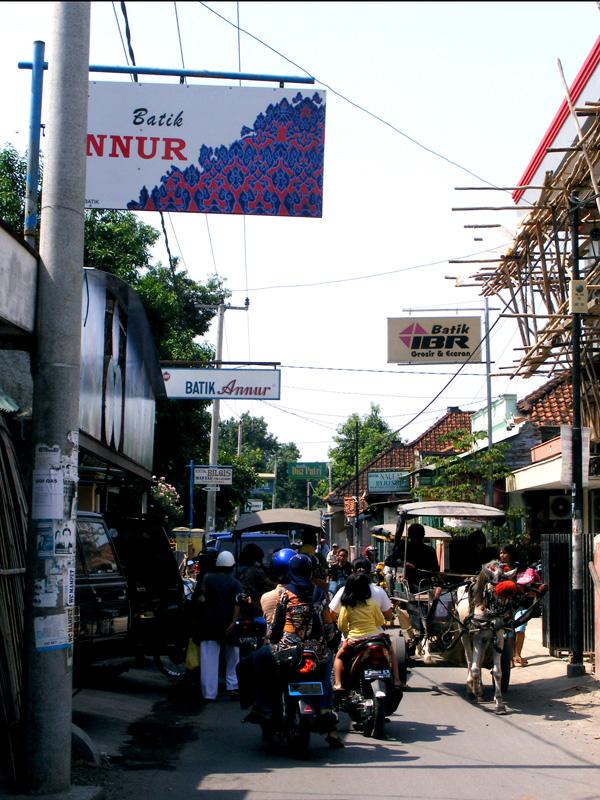 ... Maya berbelanja batik disana meskipun saya tidak melihatnya langsung